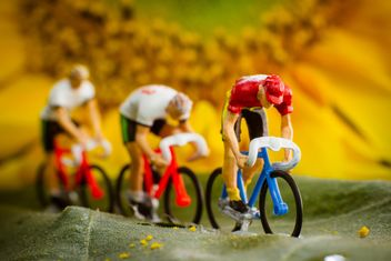 Miniature cyclists on green leaf - image gratuit #136365