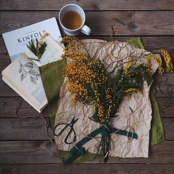 Spring bouquet, cup of tea and books - image gratuit #136485