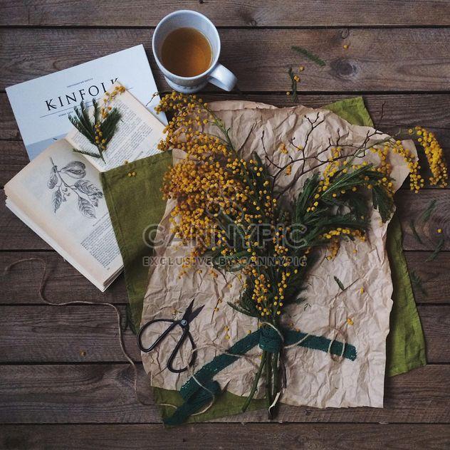 Buquê de primavera, xícara de chá e livros - Free image #136485