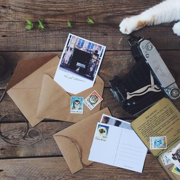 Postcards, envelopes and old camera - image gratuit(e) #136495