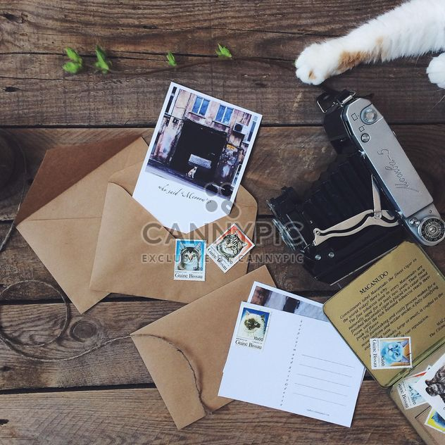 Cartes postales, enveloppes et vieille caméra - image gratuit #136495
