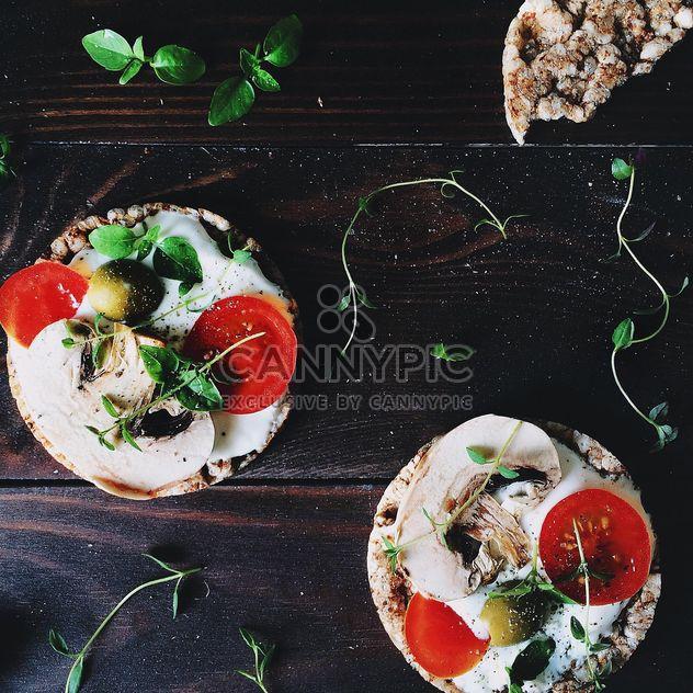 Sanduíches com bolos de arroz, ovos e legumes - Free image #136575