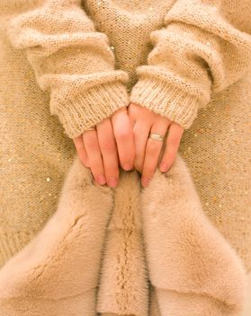 Female hands holding fur coat - image #182565 gratis