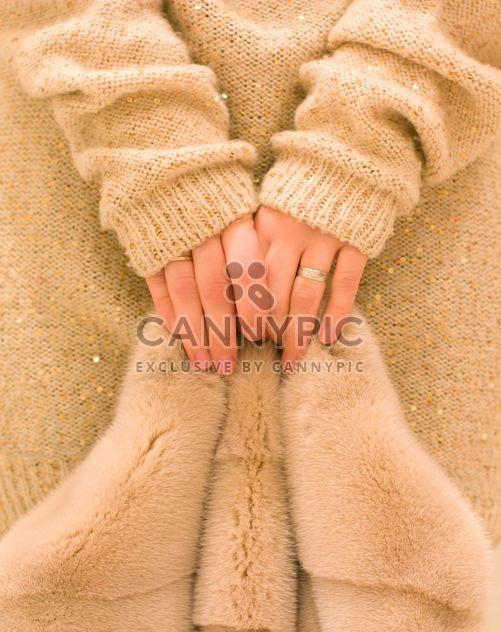 Femininas mãos segurando um casaco de peles - Free image #182565
