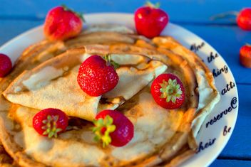 Pancakes with strawberries in plate - бесплатный image #182685