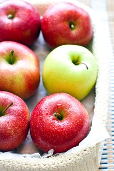 Fresh apples in basket - image #182735 gratis