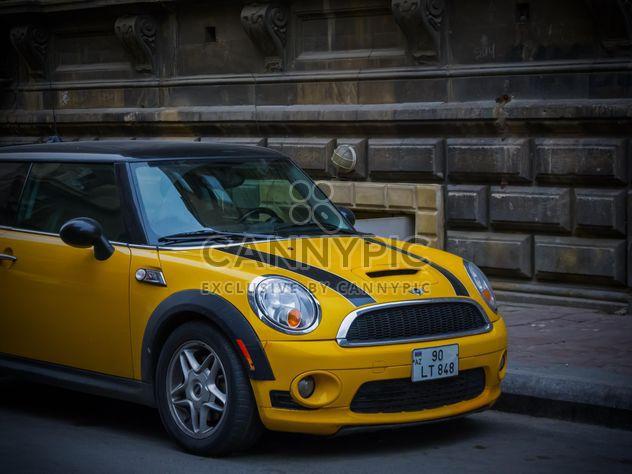 Antiguo auto de calle y nuevo - image #182775 gratis