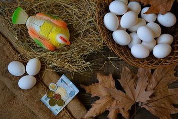 Eggs and chicken toy on the table - Kostenloses image #182815