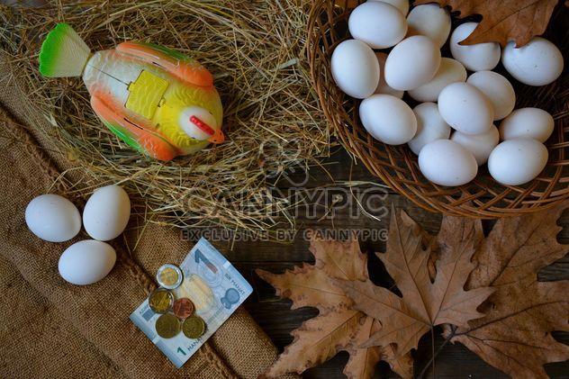 Ovos e brinquedo galinha na mesa - Free image #182815