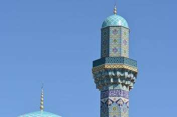 Tower of mosque against blue sky - image #182865 gratis