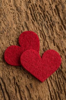 Red hearts on wood - image gratuit #183015