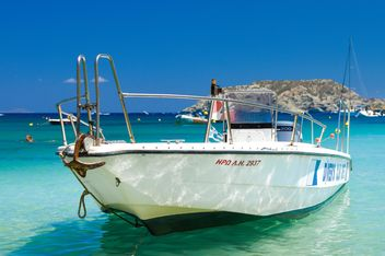 Boat in water on sunny day - Free image #183045