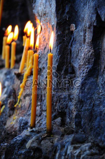 Des bougies allumées sur rocher - image gratuit #183055