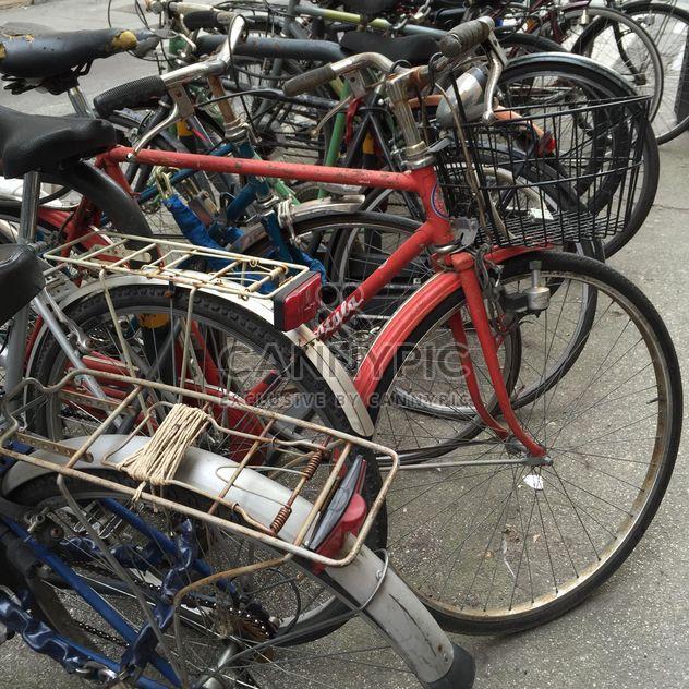 Old bikes on parking - image gratuit #183125