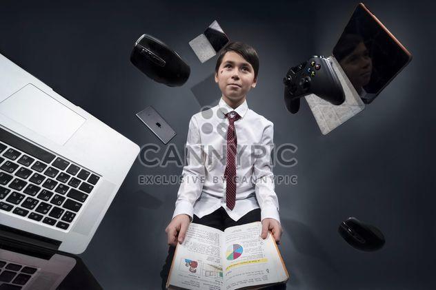 Le garçon a été pensée sur les jeux au cours de ses études - image gratuit(e) #183235