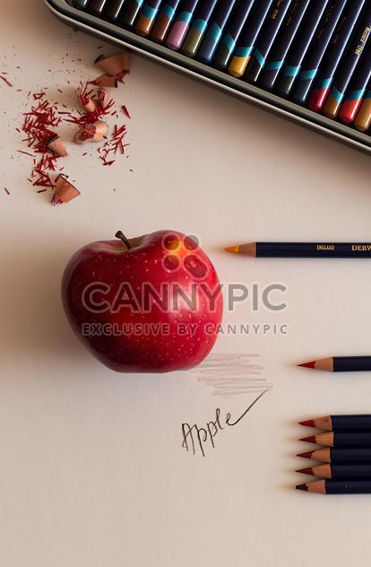 Apple et crayons - image gratuit(e) #183375