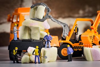 Tiny figurine-workers on marshmellow - бесплатный image #183455
