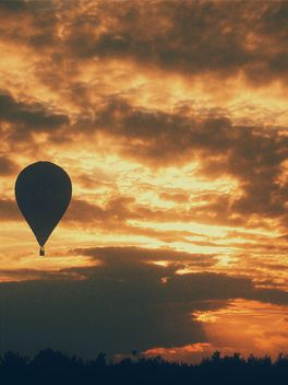 Hot air balloon in sky at sunset - image #183615 gratis