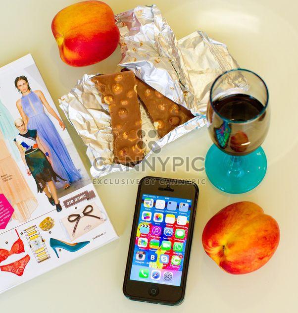 Chocolate, duraznos, vaso de bebida y smartphone - image #186005 gratis