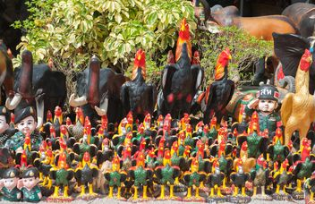 many statuettes of chicken - image #186535 gratis