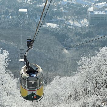 Car of ropeway over winter forest - image #186605 gratis