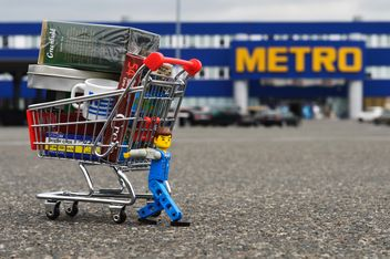 Toy man and shopping trolley - бесплатный image #186715