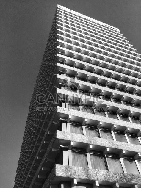 Edifício moderno contra o céu - Free image #186835