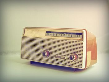 Vintage radio on white background - image gratuit #187105