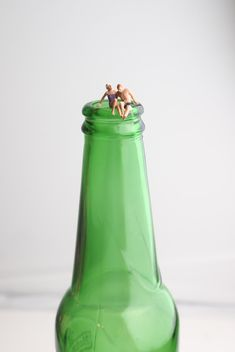Miniature people on the bottle - бесплатный image #187145