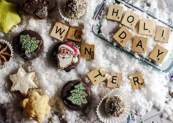 Christmas cookies on decorative snow - бесплатный image #187365