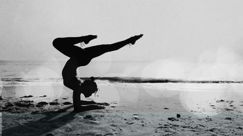Yoga in black and white - image #197905 gratis