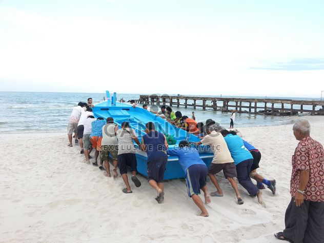 Thai people push the fishing boat - Free image #198015