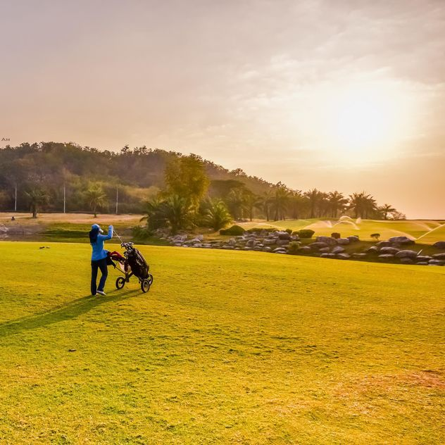 Woman with golf bag at course - image #198335 gratis