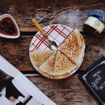Pancakes with jam for breakfast - бесплатный image #198485