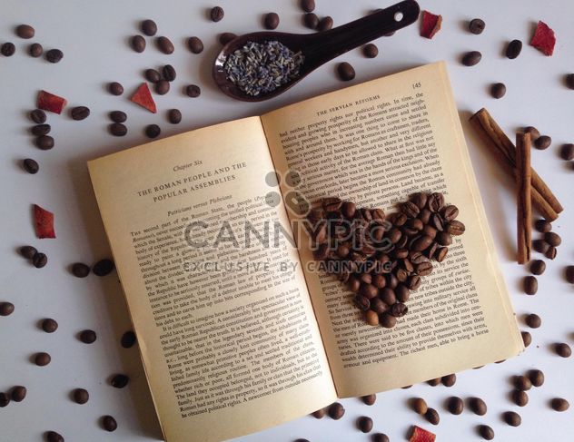 grãos de café sobre o livro aberto - Free image #198755