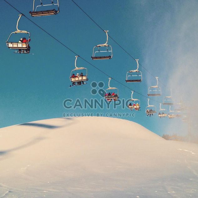 Снежные подъемника против неба подъемника лыжников на горе - бесплатный image #198835