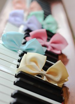Bows Of Beads On The Piano - image gratuit #200975