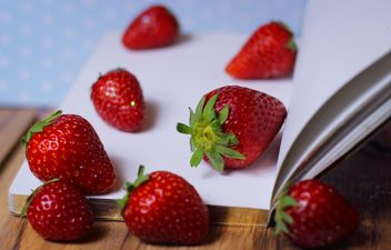 Strawberrie on a diary - image gratuit #201055