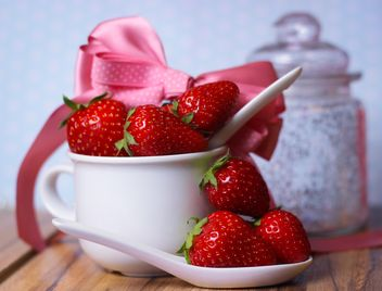 fresh strawberry in a dish - image gratuit #201075