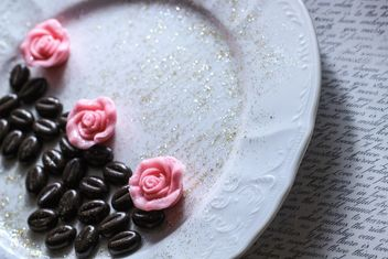 Coffee beans on porcelain plate - image gratuit #201125