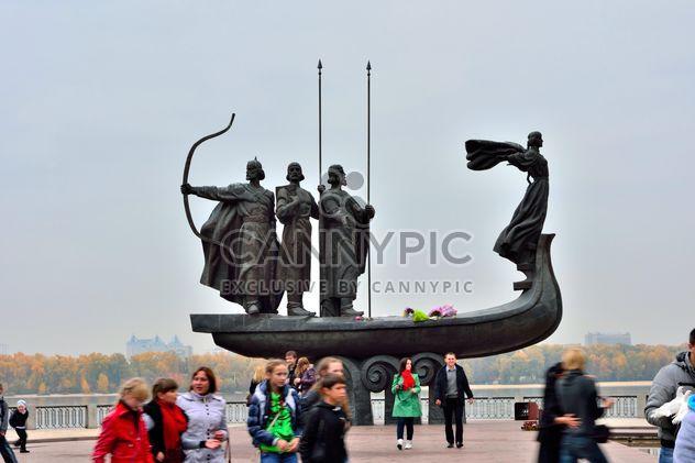 Monumento a fundadores de Kiev - image #229465 gratis