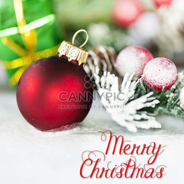 Boule de Noël rouge près de sapin - image gratuit(e) #271605