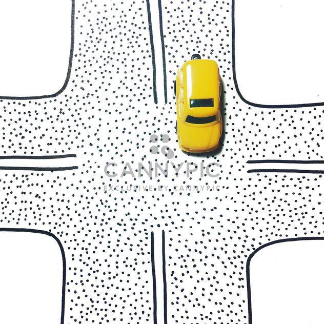 Coche de juguete amarillo en un cruce de caminos -  image #271735 gratis