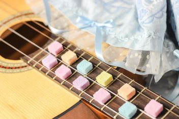 Guitar decorated with colorful sugar - image gratuit #273005