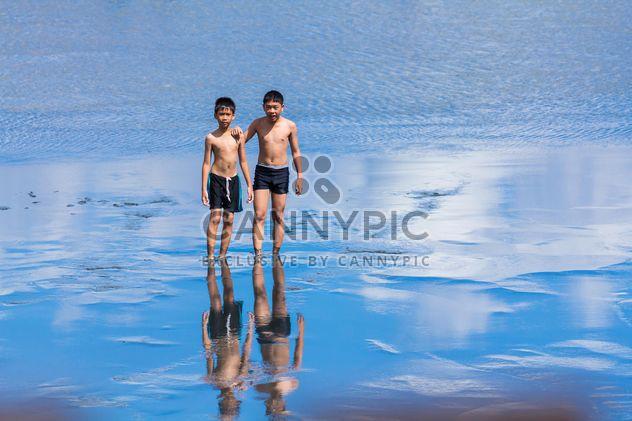 deux garçons à pied dans l'eau - image gratuit #273605