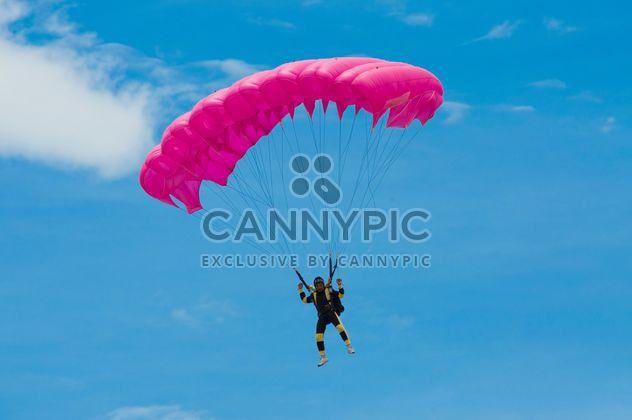 Vuelo del paracaídas rosa -  image #273635 gratis