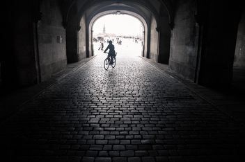 Silhouette of person on bicycle in the arch, Dresden, black and white - бесплатный image #273795