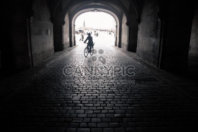 Silhouette de personne à vélo dans l'arche, Dresde, noir et blanc - image gratuit #273795