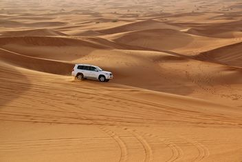 White car in desert - image gratuit(e) #274765