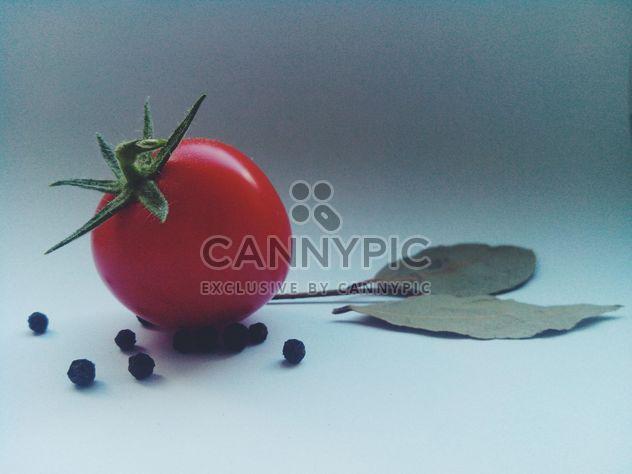 Tomate con pimienta negra y hojas de laurel -  image #274845 gratis